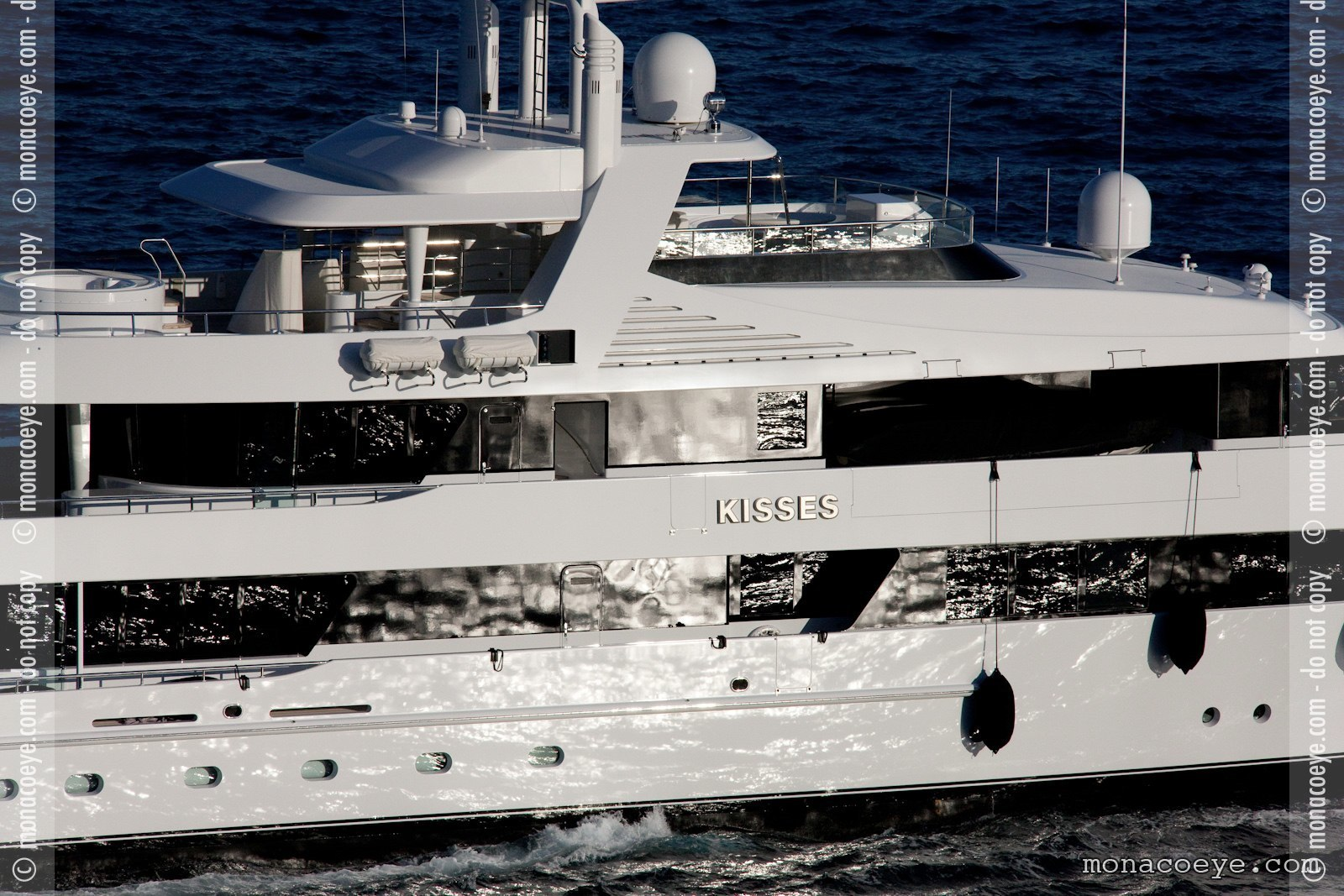 Kisses, yacht